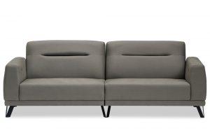 A imagem mostra um espaço com fundo totalmente branco. No centro encontra-se o sofá Izzy com dois lugares na cor cinza com pés de metal na cor preta e um detalhe vertical no estofado do encosto.