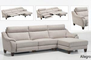 A imagem mostra um ambiente com fundo degradê branco e cinza. No centro está o Sofá Allegro – Reclinável Motorizado, na cor bege com pés de madeira nos cantos do sofá. Na parte superior da foto encontra-se 3 pequenas fotos mostrando detalhes do sofá.